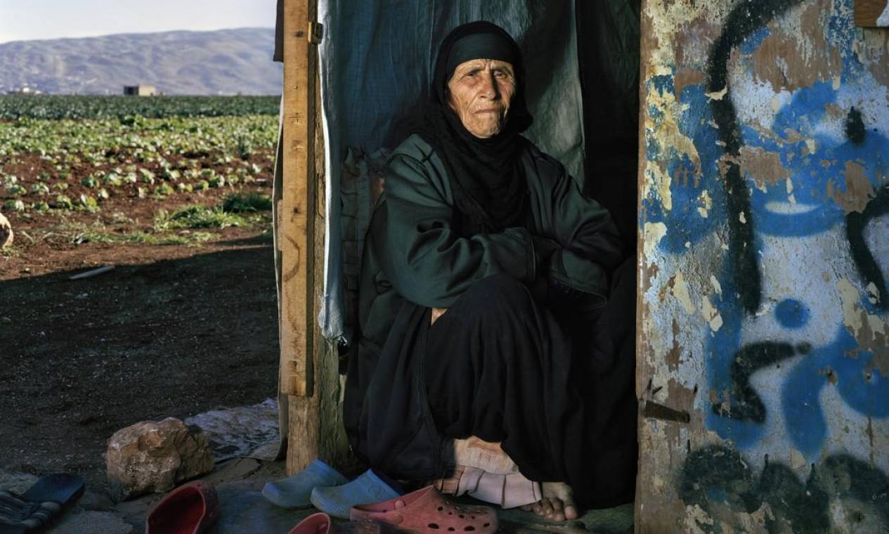 Aos 102 anos, Saada al-Jomaa foi ao Líbano contrariada. A mulher perdeu sete dos dez filhos ainda na infância, o marido há 13 anos e agora o país. Foi convencida pelo neto favorito de que só aceitaria sair do país se seu corpo fosse enterrado no país natal Foto: Andrew McConnell / UNHCR/ A. McConnell