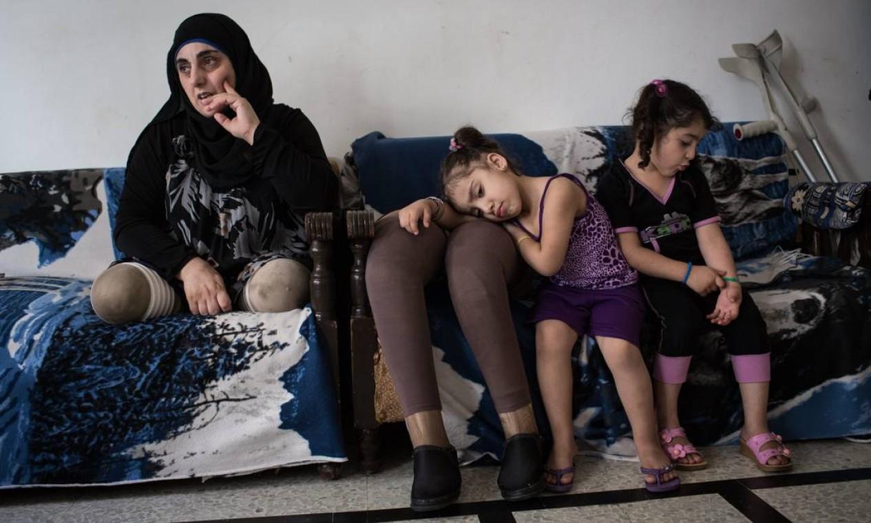 Hasna perdeu uma filha bebê em um bombardeio. Perdeu as pernas em outro. Hoje, no Líbano, já quase não sai de casa Foto: Andrew McConnell / UNHCR/A.McConnell
