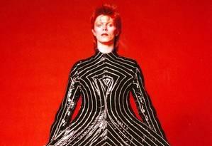 """O retrato de David Bowie com o traje usado na turnê """"Aladdin Sane"""", de 1973, faz parte da mostra na Philharmonie de Paris Foto: Divulgação / Masayoshi Sukita"""