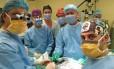 Equipe de cirurgiões durante transplante de pênis