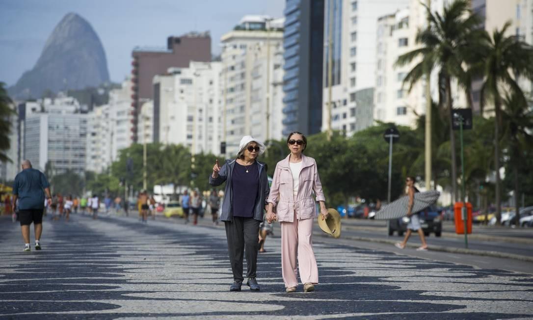 Teresa e Estela caminham de braços dados. Foto: Divulgação/ Globo/Estevam Avellar