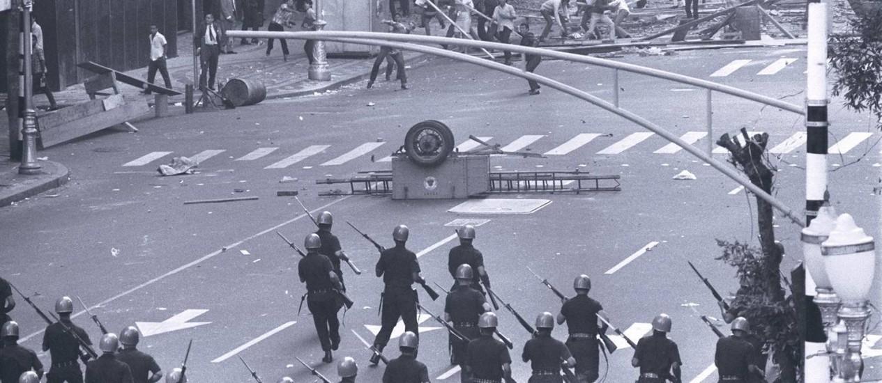 Policiais reprimem protesto de estudantes em junho de 1968 Foto: Arquivo O Globo/21-06-1968