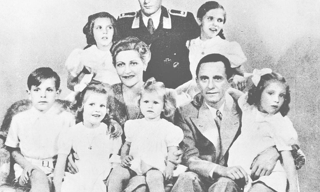Família unida na morte. Magda e Joseph Goebbels com os filhos: Só Harald (de uniforme), filho do primeiro casamento de Magda com magnata herdeiro da BMW, sobreviveu Foto: / Reprodução