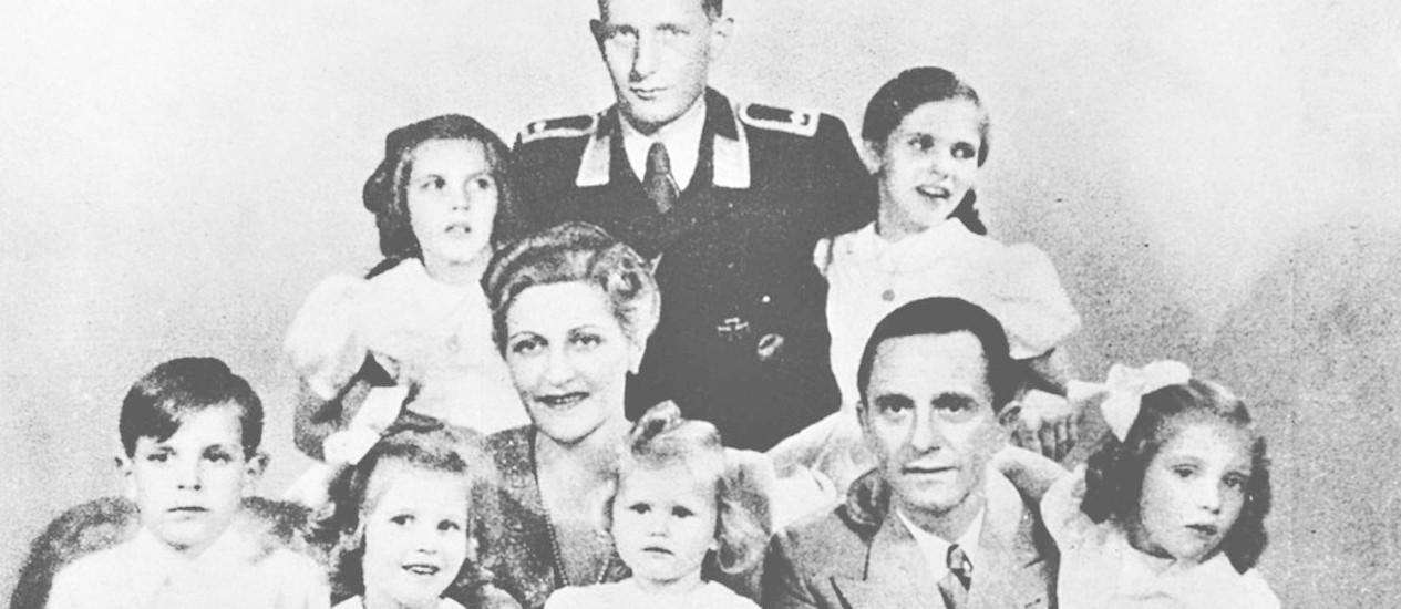 Família unida na morte. Magda e Joseph Goebbels com os filhos: Só Harald (de uniforme), filho do primeiro casamento de Magda com magnata herdeiro da BMW, sobreviveu Foto: Reprodução