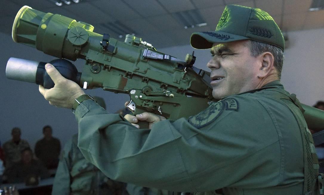 """Em Caracas, o ministro da Defesa da Venezuela, Vladimir Padrino López, manuseia um lançador de foguetes terra-ar portátil 9K338 """"Igla-S"""" russo. Um treinamento militar de dez dias, envolvendo cem mil homens – entre eles 20 mil civis –, começou neste domingo no país. Foto: JUAN BARRETO / AFP"""