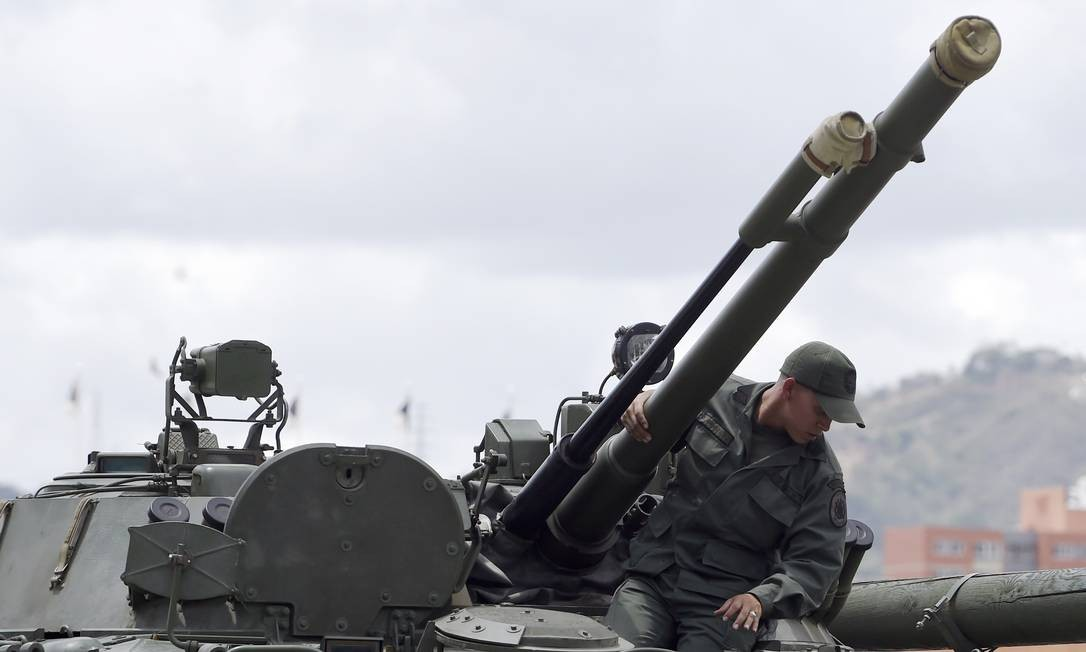 Um soldado inspeciona um tanque BMP-3 russo na base militar de Caracas. Foto: JUAN BARRETO / AFP