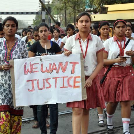 Estudantes de escola invadida por ladrões, na Índia, protestam contra estupro de freira idosa Foto: Pranab Debnath / AP