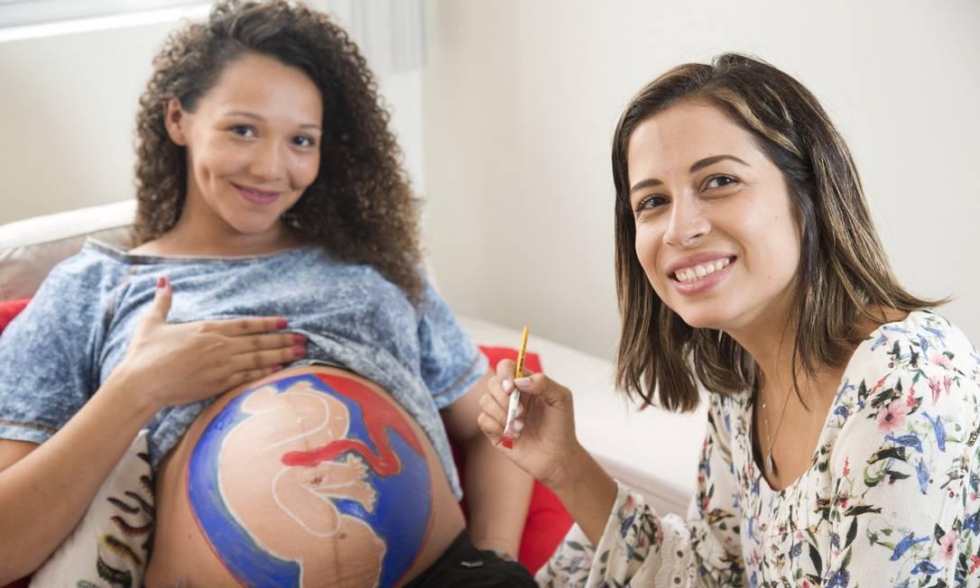 Poucas horas antes de dar à luz, a gestante Monah Pressato recebe a doula Gabriela Prado em casa para uma sessão de 'belly mapping' Foto: Ana Branco / Agência O Globo