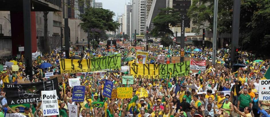 Milhares de pessoas participam de manifestação contra o governo da presidente Dilma Rousseff na Avenida Paulista, em São Paulo Foto: Michel Filho / Agência O Globo