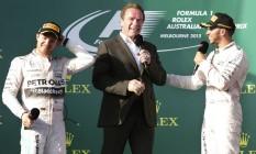 Hamilton brinca com o ator Arnold Schwarzenegger no pódio após a sua vitória na Austrália Foto: Rob Griffith / AP