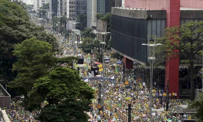 Manifestantes protestam contra a presidente Dilma Rousseff na Avenida Paulista, em São Paulo Foto: PAULO WHITAKER / REUTERS
