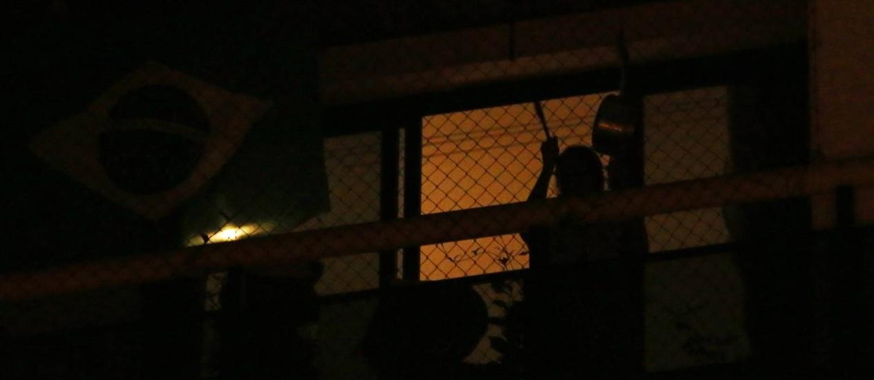 Moradores da região de Pinheiros fazem protesto batendo em panelas nas sacadas durante fala dos ministros Foto: Fernando Donasci