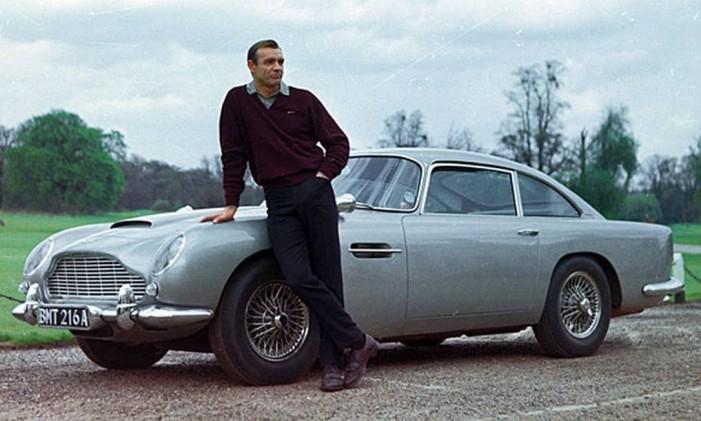 Sean Conney e o icônico Aston Martin DB5 usado polo agente 007 Foto: Divulgação