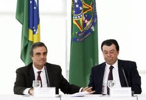 Os ministros José Eduardo Cardozo (Justiça) e Eduardo Braga (Minas e Energia) concedem entrevista coletiva após reunião de coordenação política com a presidente Dilma Foto: Jorge William / O Globo
