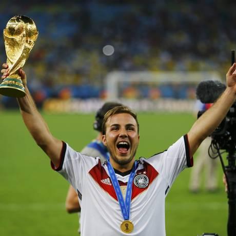 Mario Götze com o troféu da Copa do Mundo após marcar o gol na decisão Foto: Damir Sagolj / Reuters