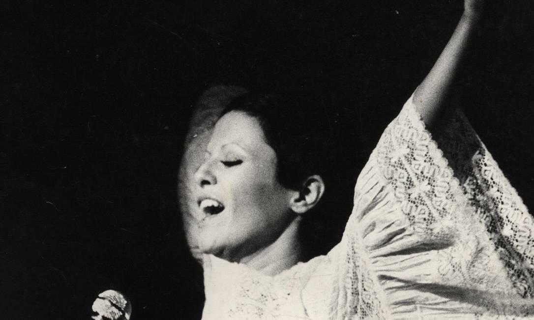 Elis Regina, em 1972, em apresentação no Teatro da Praia, no Rio de Janeiro Foto: Paulo Moreira / Arquivo