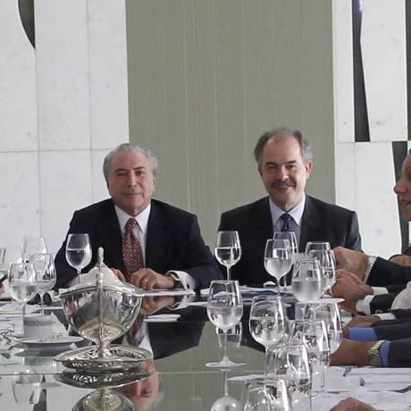 O vice-presidente Michel Temer, ao lado do ministro Aloizio Mercadante, da Casa Civil, durante reunião com líderes da base aliada em Brasília Foto: Givaldo Barbosa - 17/03/2015 / O Globo