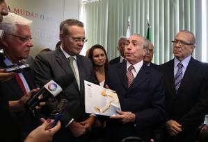 Michel Temer participa de cerimônia de entrega da proposta de reforma política do PMDB Foto: Ailton de Freitas / Agência O Globo - 17/03/2015