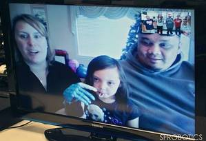 Alunos fizeram chamada de vídeo com menina para ver a prótese Foto: Reprodução