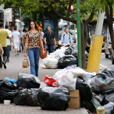 Na Rua Visconde de Pirajá, sacos de lixo bloqueiam calçada Foto: Pablo Jacob / Agência O Globo