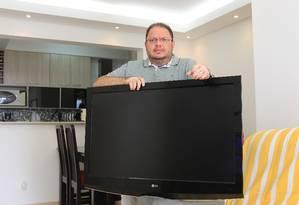 Sandro Campelo teve problemas com sua tv, da marca LG Foto: Marcos Alves / Agência O Globo