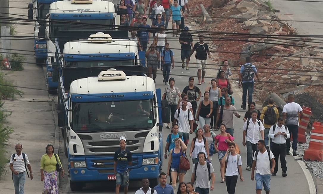Muitos reclamaram do horário escolhido pelos manifestantes, que foi o início da manhã desta quarta-feira Foto: Fabiano Rocha / Agência O Globo
