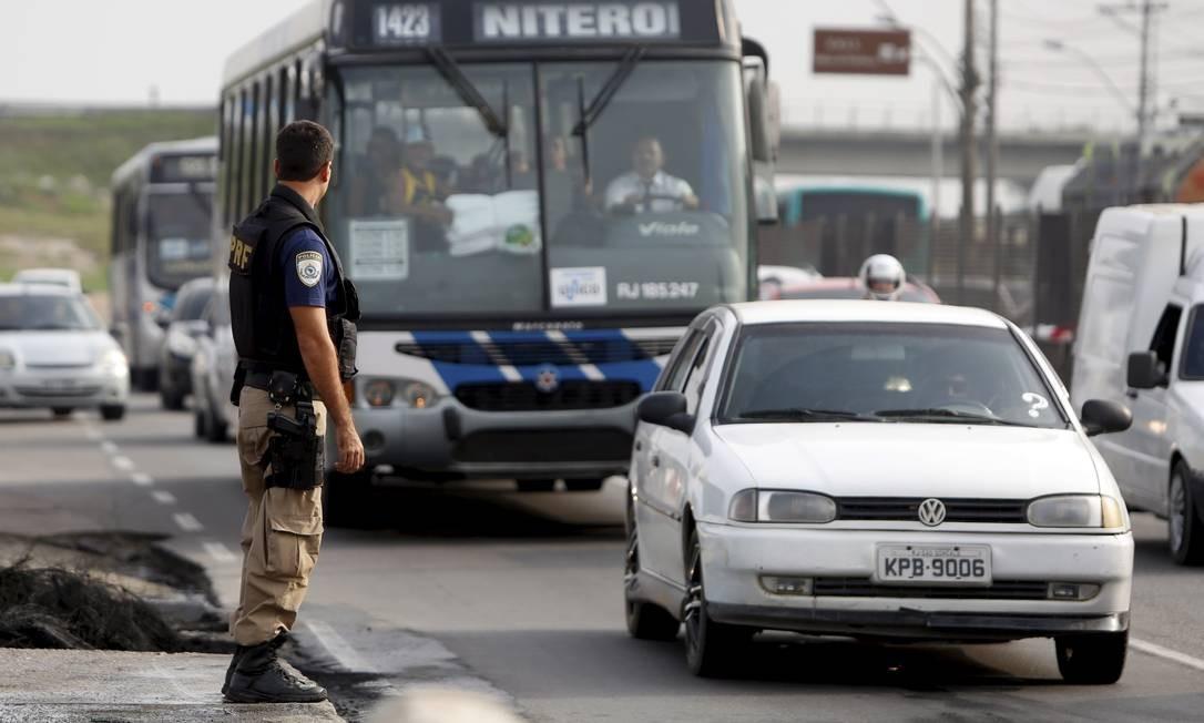 A Polícia Rodoviária Federal precisou negociar com os manifestantes a liberação das pistas Foto: Hudson Pontes / Agência O Globo