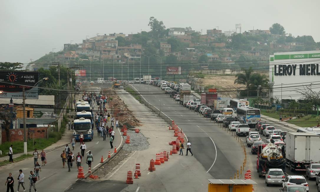 O trânsito ficou parado e o engarrafamento chegou a cinco quilômetros Foto: Fabiano Rocha / Agência O Globo