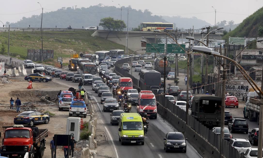 Manifestantes fecharam a pista sentido Rio da BR-101, na Niterói-Manilha, em São Gonçalo Foto: Hudson Pontes / Agência O Globo