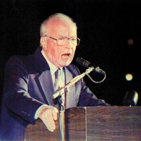 Crime. Após defender a paz com os palestinos em comício para 100 mil pessoas, premier de Israel, Yitzhak Rabin, foi assassinado em Tel Aviv Foto: AP / 04/11/1995