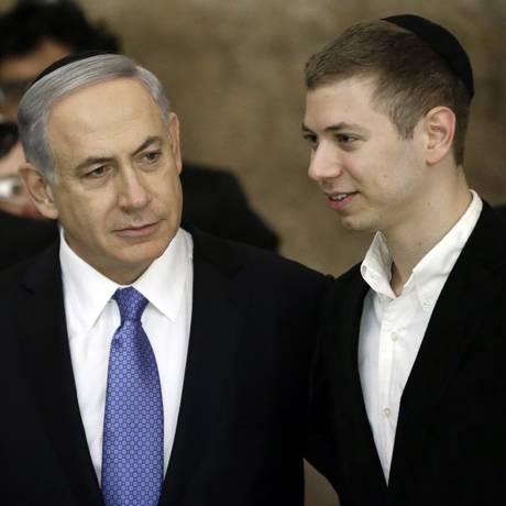 Benjamin Netanyahu e o filho Yair visitam o Muro das Lamentações: apoio de políticos republicanos dos EUA Foto: THOMAS COEX / AFP