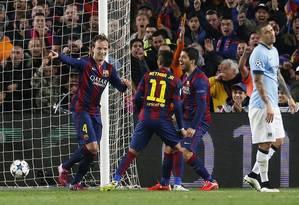 Rakitic (à esquerda) festeja com Neymar e Suarez gol que marcou pelo Barcelona contra o Manchester City no Camp Nou: vitória por 1 a 0 e classificação para as quartas de final da Liga dos Campeões Foto: Carl Recine / REUTERS