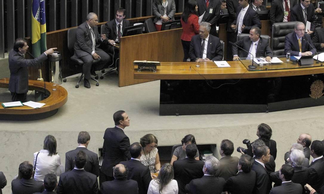 Cid Gomes discursa com dedo em riste Foto: Givaldo Barbosa / Agência O Globo