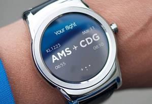 No pulso, o novo aplicativo da KLM, agora disponível para Android Wear Foto: Divulgação