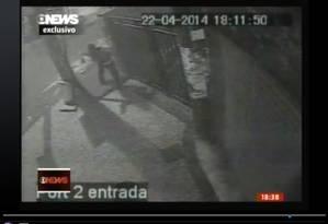 Vídeo feito por uma câmera de segurança mostra policial atirando durante protesto no Pavão-Pavãozinho Foto: Reprodução de vídeo