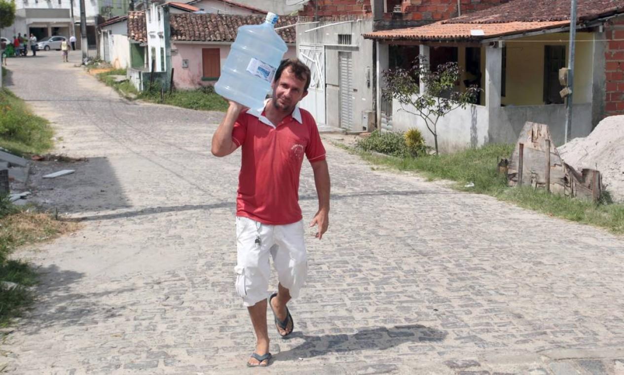 Dono de armazém, Luiz Carlos Andrade Figueira demitiu seus funcionários. Hoje, ele mesmo faz as entregas de água mineral Foto: Hans von Manteuffel / Agência O Globo