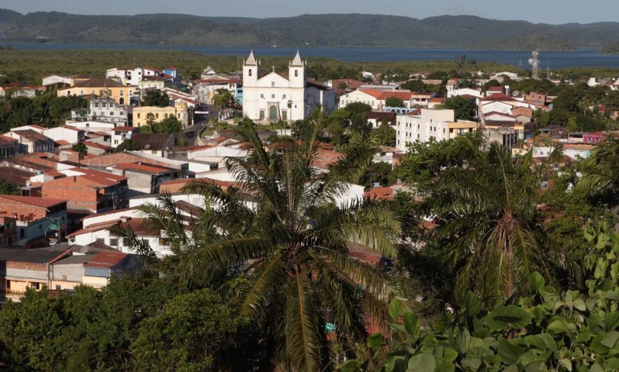 Vista geral da cidade de Maragojipe, na Bahia, com a igreja Matriz e o rio Paraguaçu ao fundo Foto: Hans von Manteuffel / Agência O Globo
