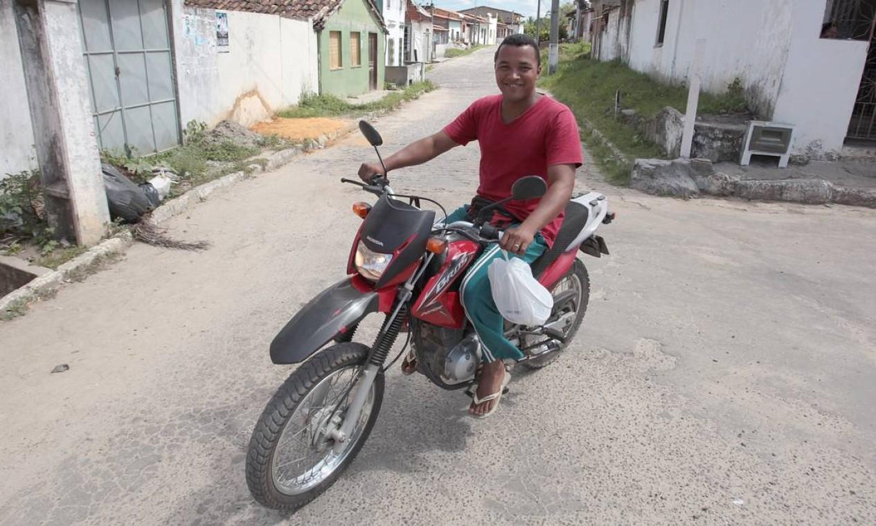 Rogerio Bispo Barbosa perdeu o emprego no estaleiro de Paraguaçu. Hoje ele é mototaxista e vende picolé nas ruas Foto: Hans von Manteuffel / Agência O Globo