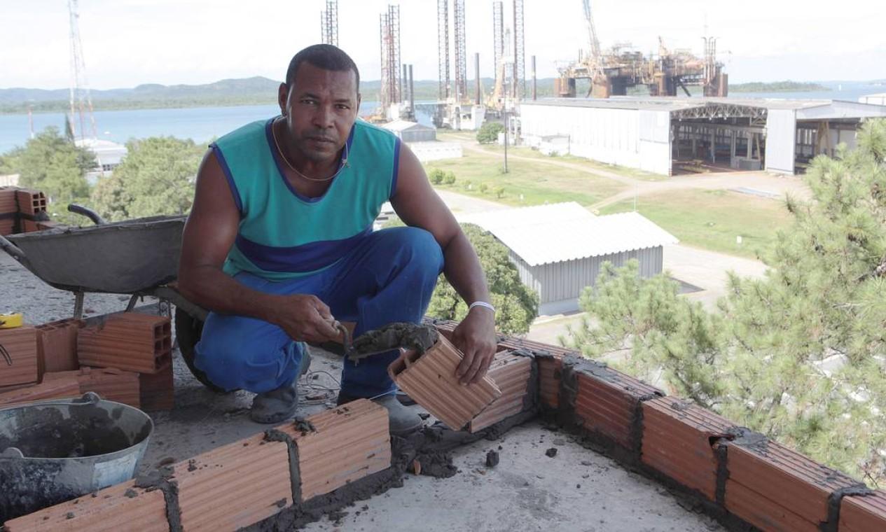Edmilson Ramos Dias trabalha como peão na obra de ampliação do hotel Ponto Dez. Ele vive de bicos desde que perdeu o emprego no estaleiro Foto: Hans von Manteuffel / Agência O Globo