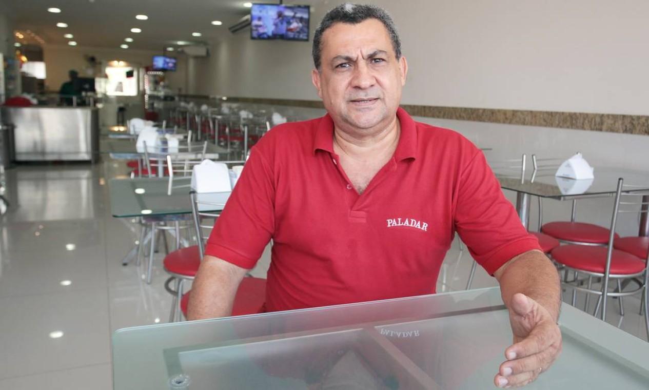 Máximo Armede é dono da padaria e restaurante Padalar. Ele investiu mais de R$ 500mil no restaurante e está preocupado com a cidade Foto: Hans von Manteuffel / Agência O Globo