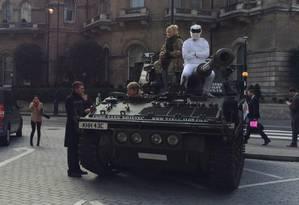 Após cruzar o centro de Londres e mobilizar a polícia, o tanque de guerra estaciona em frente à sede da BBC Foto: Repordução