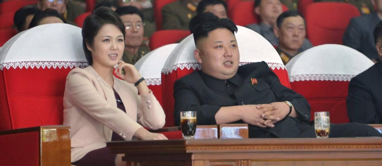 "Líder norte-coreano Kim Jong Un ao lado da mulher, Ri Sol Ju. Embaixador afirmou que país está ""pronto para guerra nuclear"" Foto: REUTERS"