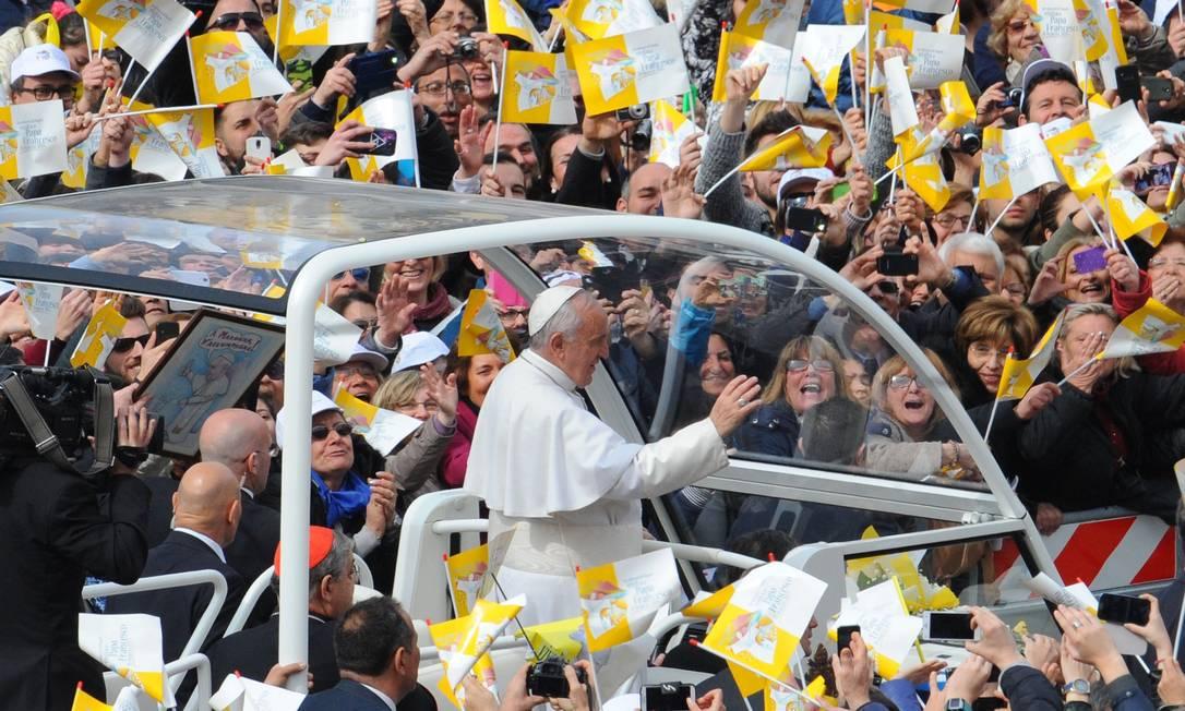 Papa Francisco é recebido por multidão na Praça do Plebiscito em Nápoles. Visita do pontífice à cidade inclui discurso contra o crime e a corrupção Foto: MARIO LAPORTA / AFP