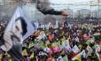 Multidão comemora o ano novo curdo no Sudeste da Turquia com bandeiras do Curdistão e imagens do líder do PKK, Abdullah Öcalan