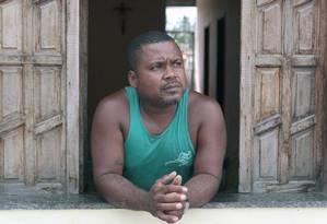 Morador da comunidade Enseada, ao do estaleiro, Marcio Francisco Silva perdeu o emprego e teve de parar a construção de sua primeira casa Foto: Hans von Manteuffel