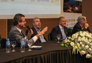 Na foto, da esquerda para a direita, Everton Costa (moderador), Francisco Luiz Sibut Gomide (ex-ministro) ,deputado Julio Lopes e Jose Luiz Alquéres, apresentando um dos painéis do fórum Foto: Geraldo Bubniak / Agência O Globo