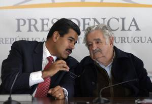 José Mujica (direita) ao lado do presidente venezuelano, Nicolás Maduro. Ex-presidente uruguaio marchou em apoio à Venezuela e recebeu críticas da oposição Foto: Matilde Campodonico / AP