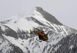 Helicóptero de resgate sai para vasculhar local onde avião se chocou em montanha Foto: JEAN-PAUL PELISSIER / REUTERS