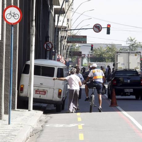 Ativistas pedem mais segurança em ciclovias como a da Avenida Amaral Peixoto Foto: Eduardo Naddar / Agência O Globo