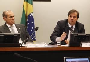 O deputado Marcelo Castro (PMDB-PI) ao lado do presidente da Comissão Especial da Reforma Política, deputado Rodrigo Maia (DEM-RJ), durante reunião para definir o cronograma de trabalho da comissão Foto: Givaldo Barbosa / Agência O Globo